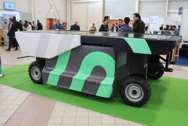 Swiss ecoRobotix selected Fira for the world premiere of its new Avo weed control robot. The previous robot, a much smaller one with a Delta arm and one nozzle, had too low a capacity and is now marketed as a scouting robot. The 2.04 m wide Avo detects weeds with RGB cameras and its own light source and sprays them with one or more of the 52 nozzles. The electric robot must be able to work 12 to 16 hours in a row. It will be tested in 2020 and 30 zero series models will follow in 2021 for around ¬ 80,000.