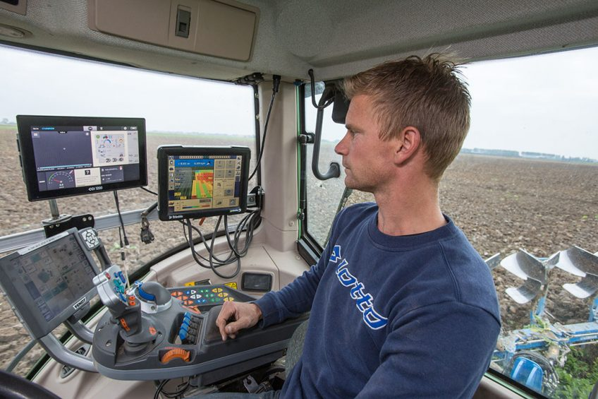 406959 HWodKa op basis van ploegsnelheid. Foto: Leon Noordam kijkt op het gps-scherm in de trekker waar de ploegsnelheid en hoogtemeting worden geregistreerd