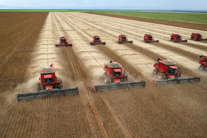 2012-03-27 18:24:17 Combine harvesters crop soybeans during a demonstration for the press, in Campo Novo do Parecis, about 400km northwest from the capital city of Cuiaba, in Mato Grosso, Brazil, on March 27, 2012.   AFP PHOTO/Yasuyoshi CHIBA YASUYOSHI CHIBA / AFP