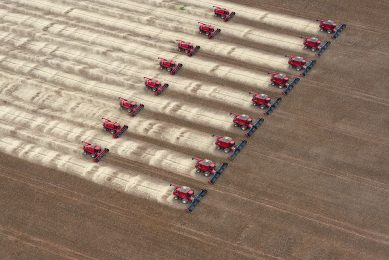 2012-03-27 18:19:14 Combine harvesters crop soybeans during a demonstration for the press, in Campo Novo do Parecis, about 400km northwest from the capital city of Cuiaba, in Mato Grosso, Brazil, on March 27, 2012.   AFP PHOTO/Yasuyoshi CHIBA YASUYOSHI CHIBA / AFP