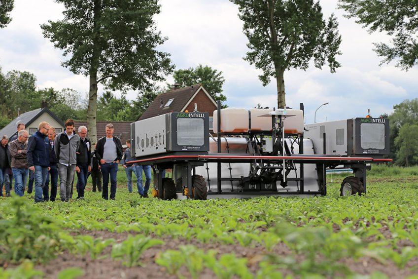 Bezoekers bekijken op de Innovatiedag 'Dág onkruid!' in Valthermond het automatische systeem om aardappelopslag in bieten te bestrijden.