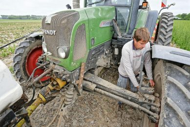 Mr Moors began growing in 3m-wide beds when he invested in a self-propelled sprayer. Now, all his tractors are rebuilt to 3m track widths.