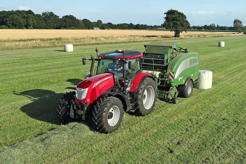 With guidance installed, operators of the McCormick X7.624 VT-Drive can adjust manual steering response for headlands and hitching manoeuvres from three turns lock-to-lock to less than one and a half.