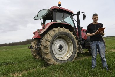 2018-04-03 15:29:41 Maxime Carre, a young farmer, uses his tablet connected to a high-speed radio internet network (THD) before working in the fields on April 3, 2018, in Allerey-sur-Saone, Burgundy, central France.      / AFP PHOTO / PHILIPPE DESMAZES
