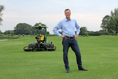 Contractor s son Marien van Breugel (48) studied Industrial Automation and Robotics at Eindhoven University of Technology. Until 2014, he worked internationally as a systems integrator of robotic techniques in a variety of fields, from ship building to aircraft manufacturing. Since 2014 he is employed at Dutch Power Company, where he works on autonomous tractors and co-developped the Greenbot.