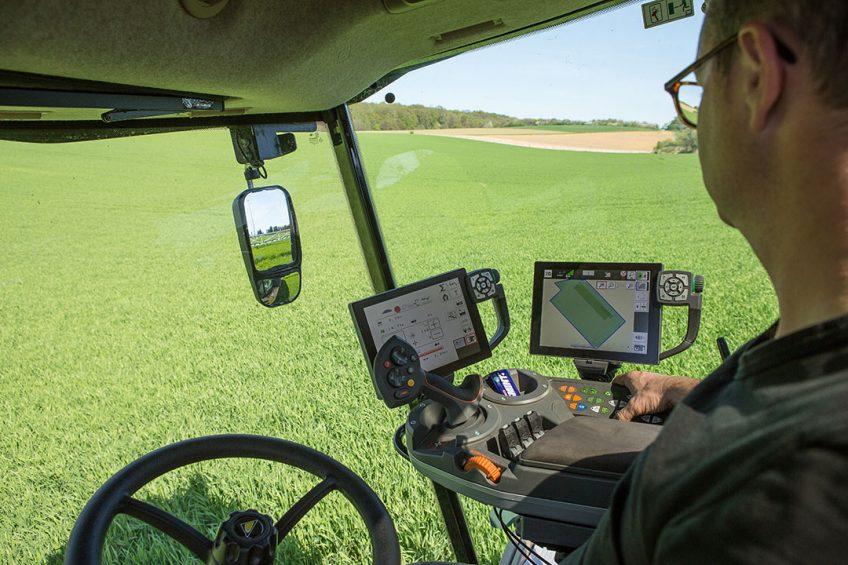 406121 De GPS van de veldspuit wordt ingesteld
