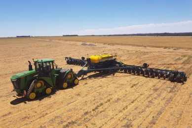 Albertus Brink's John Deere 9570RX Four-Track with Equalizer 32-row planter.