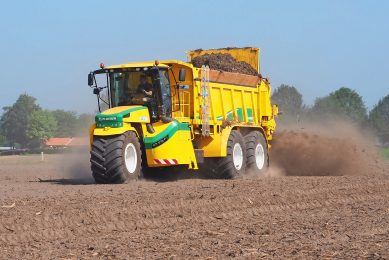 Ploeger s 400hp, 25-tonne capacity AT5105 dry manure spreader has mechanical drive to all four rear wheels through a CVT transmission, four-wheel rear axle steering and variable hydraulic drive to the single front wheel.
