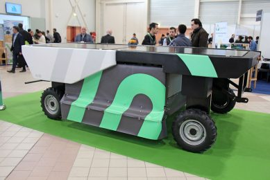 Swiss ecoRobotix selected Fira for the world premiere of its new Avo weed control robot. The previous one - much smaller with a Delta arm and one nozzle - had too low a capacity and is now marketed as a scouting robot. The 2.04m wide Avo detects weeds with RGB cameras and its own light source and sprays them with one or more of 52 nozzles. The electric robot must be able to work 12 to 16 hours in a row. It will be tested in 2020 and 30 zero series models will follow in 2021 for around ¬ 80,000.