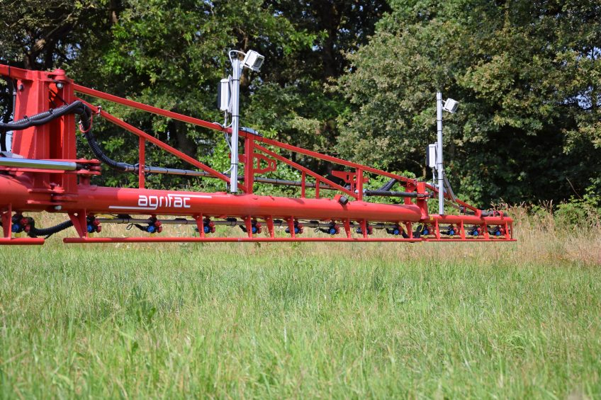 The 36 m wide spray boom is equipped with 12 cameras to detect weeds.
