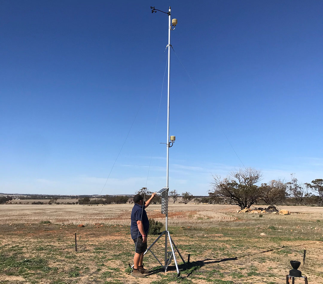 Bungalla Farming has a system that picks up signals from 16 weather stations and moisture probes to automatically generate moisture maps, aggregate data on temperature, relative humidity, rainfall and Delta T conditions for spraying. - Photo: Reinder Prins