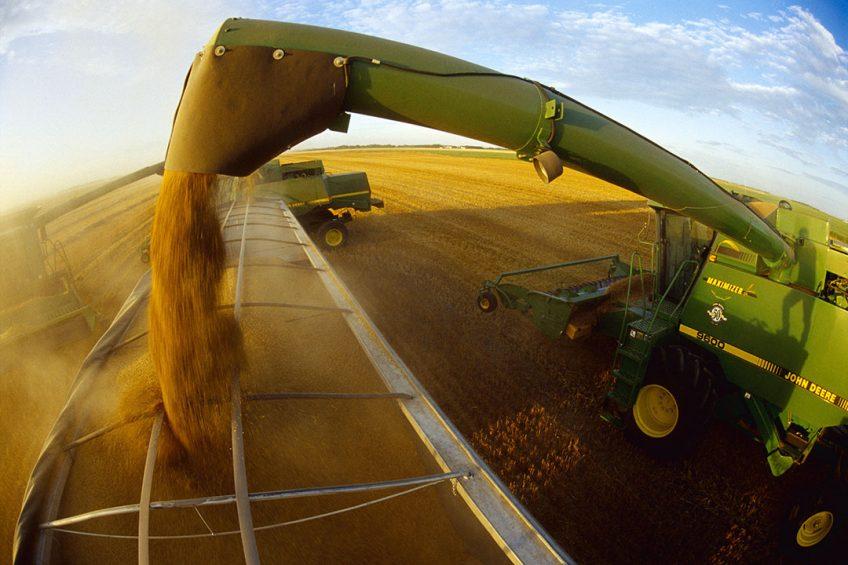 Combine harvester unloading harvested wheat onto a grain truck in Manitoba, Canada. - Photo: ANP