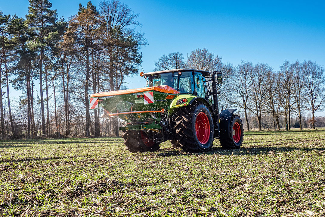 The EasySet 2 in-cab terminal with automatic spread rate regulation at varying forward speeds is being offered on the ZA-X range for the first time. - Photo: Amazone