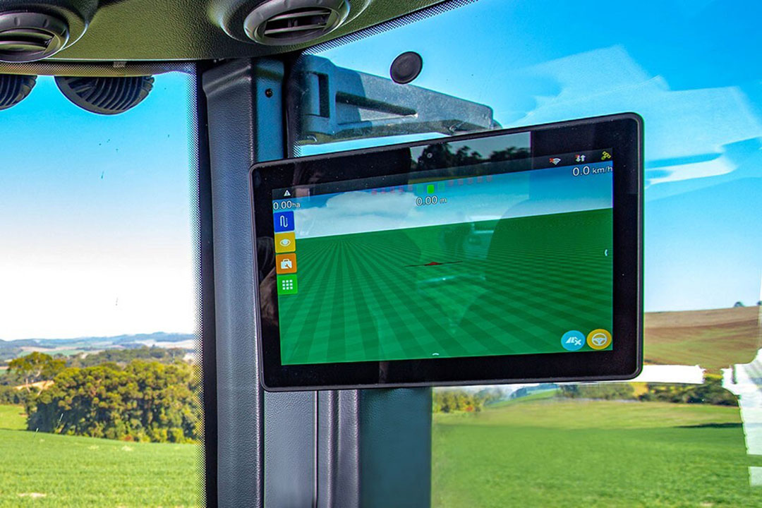 The enlarged screen of HxGN AgrOn Ti10 is to ensure greater visibility of information and comfort for the user, besides allowing the display to be used for multitasking, with accurate visualisation of several applications at the same time. - Photo: Hexagon