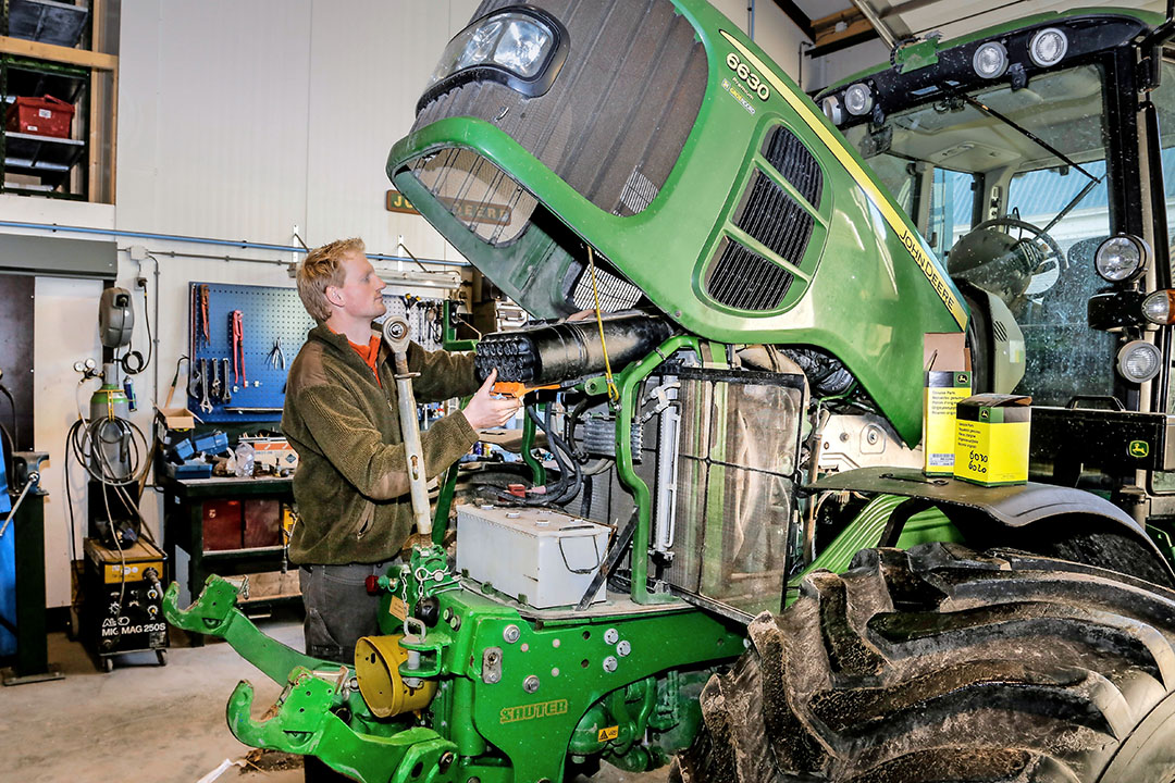 Servicing a John Deere tractor in a Dutch workshop. In some parts of the world, like Australia, it is often difficult to access spare parts for agricultural machinery. - Photo: Jan Willem van Vliet