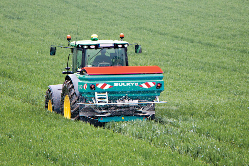 With the new Speed Control function, the fertilizer granules are thrown more in the center of the spreading disc as the driving speed increases, to compensate for the influence of the wind. Photos: Sulky