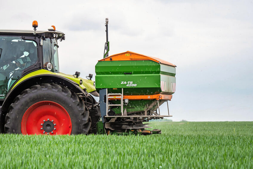 The antenna on the spreader determines the wind force and wind direction. Based on these measurements, the system adjusts the spreader to maintain a symmetrical spreading pattern. Photo: Amazone