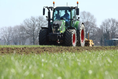 A farmer tilling in cover crops. The use of cover crops can be risky to farmers because they cannot determine the exact amount of nitrogen supplied to the soil. - Photo: Henk Riswick