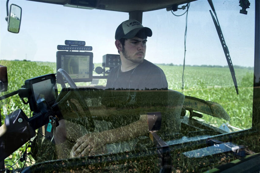 A farmer in Maryland is applying fertilizer using GPS. - Photo: AFP Photo/Brendan Smialowski
